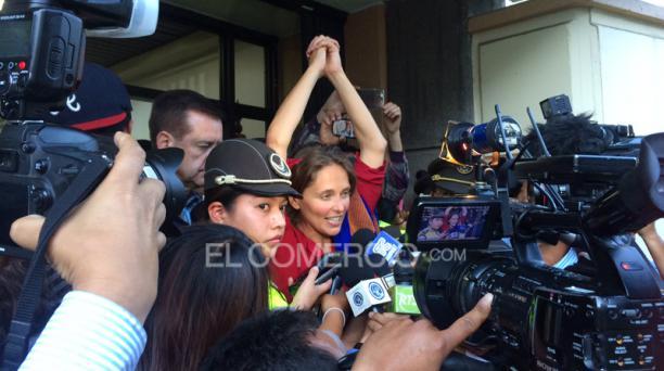 A las 18:05 de este lunes 17 de agosto del 2015, Manuela Picq sale libre luego de la audiencia en la que se negó la deportación. Foto: María Isabel Valarezo / EL COMERCIO