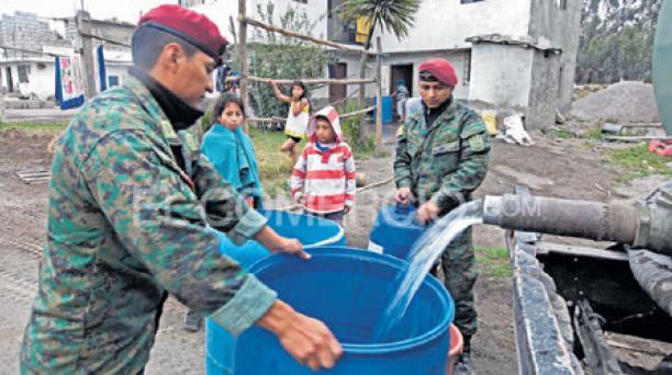Militares apoyan a la comunidad del barrio El Boliche, lado occidental de la Panamericana. Ayer distribuyeron agua en un tanquero de la institución. Foto: Julio Estrella / El Comercio