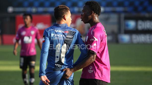 Luis Caicedo de Independiente del Valle y Leonardo Rolón de Emelec fueron sancionados con cartulina amarilla, Foto: Vicente Costales / EL COMERCIO