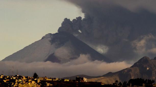 El Cotopaxi continuó expulsando gas y ceniza, la tarde de este miércoles 2 de septiembre. Foto: Patricio Terán /El Comercio