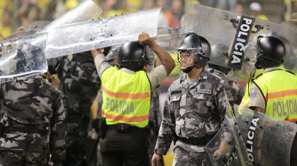Dos hinchas fueron detenidos por uniformados de la Policía  por las peleas realizadas entre hinchas de Liga de Quito y Barcelona, el 6 de septiembre del 2015. . Foto referencial. Foto: EL COMERCIO