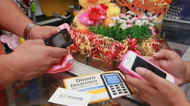 Dinero electrónico. En el local Pochis Peluches y Chocolates, ubicado en el centro de Guayaquil, se utiliza dinero electronico. Foto:  Enrique Pesantes / EL COMERCIO