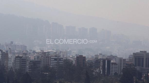 Densa nube de humo cubre parte de la ciudad por los seis incendios forestales activos. EL COMERCIO