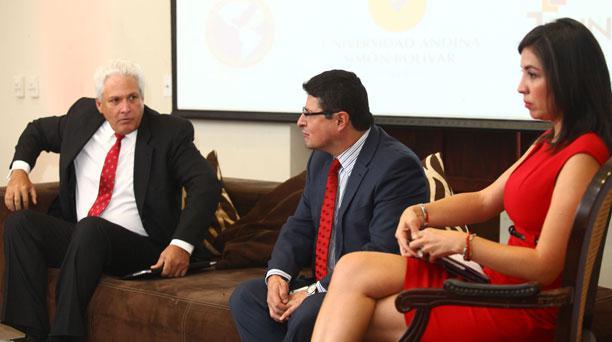 Gustavo Mohme, presidente de la SIP, Cesar Ricaute, director de Fundamedios y Daniela Chacón, vicealcaldesa de Quito en el Foro de la SIP, en el centro de convenciones Eugenio Espejo. Foto: Julio Estrella / EL COMERCIO