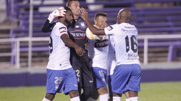 Jugadores del Emelec de Ecuador festejan su triunfo ante Juventud de Uruguay por penaltis. Foto: Agencia EFE