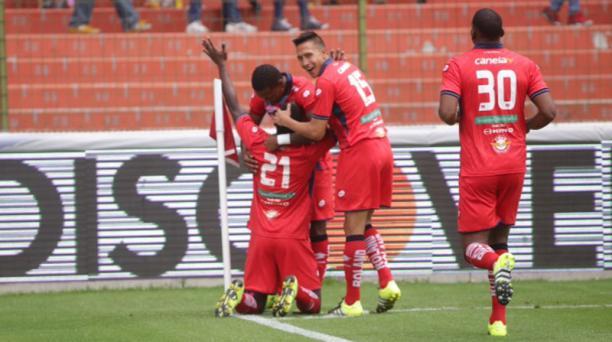Los jugadores de El Nacional festejan el primer gol en el estadio Casa Blanca de Liga de Quito, este 20 de septiembre del 2015. Foto: Diego Pallero / EL COMERCIO
