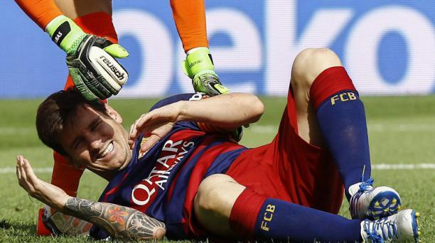 Lionel Messi, delantero argentino del FC Barcelona se duele de una jugada durante el partido de la sexta jornada de la Liga BBVA en Primera División entre el FC Barcelona y la UD Las Palmas disputado en el Camp Nou. EFE