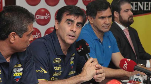 El DT de la Tri, Gustavo Quinteros, se contactó vía telefónica con los jugadores excluidos de la nómina de la Selección. Foto: Enrique Pesantes