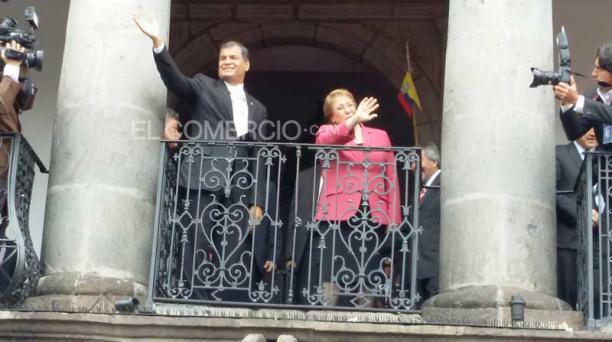 La presidenta chilena, Michele Bachelet, junto a su homólogo, Rafael Correa, saludaron a las personas de la Plaza Grande. La mandataria mantendrá una reunión con el presidente ecuatoriano. Foto: Eduardo Terán/ EL COMERCIO