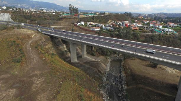 El puente sobre el río San Pedro, en la Ruta Viva, sería afectado por el paso de los lahares. Foto: Vicente Costales / EL COMERCIO