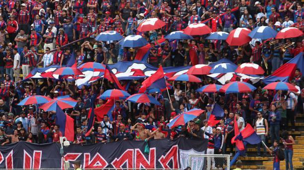 Hinchas de Deportivo Quito en el estadio Atahualpa. Foto: Archivo.
