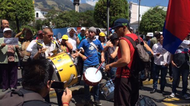 Desde las 10:00 se desarrolla la protesta de moradores frente al Municipio de Quito. Foto: Betty Beltrán/El Comercio