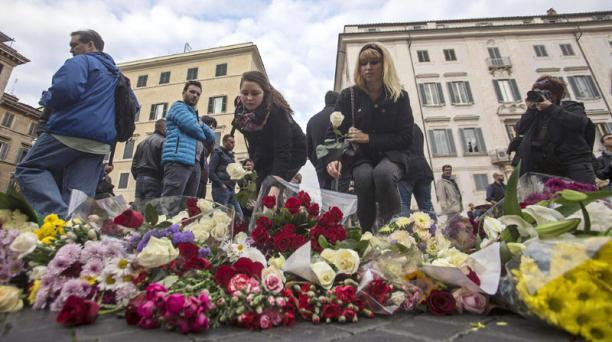 Flores frente a la Embajada francesa en Roma, Italia, en homenaje a las víctimas de los ataques terroristas del 13 noviembre de París. Foto: EFE