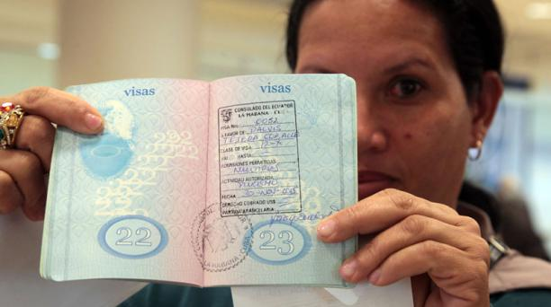 Ciudadanos cubanos llegaron este 1 de diciembre del 2015 al aeropuerto Mariscal Sucre de Quito con su visa en mano. Foto: Paul Rivas / El Comercio