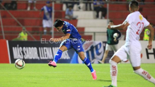 Fernando Gaibor remata a los 8' y anota el primero gol de Emelec en Portoviejo ante Liga de Quito. Foto: Armando Prado / EL COMERCIO