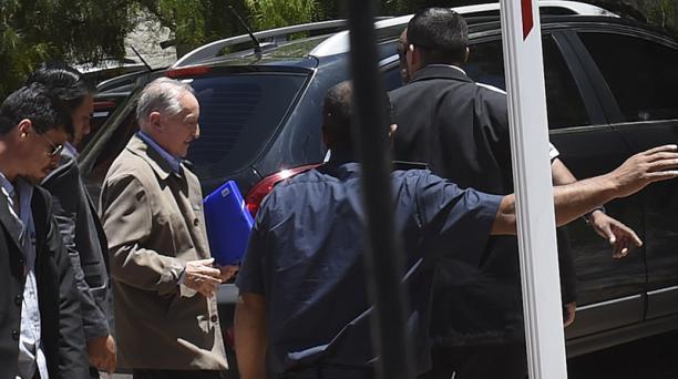 Eugenio Figueredo, exvicepresidente de la FIFA (centro con chaqueta clara). es escoltado en su arribo a Montevideo. AFP