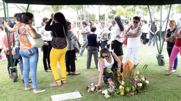 El club de fans de Sharon llegó a su tumba para rendirle homenaje a un año de su muerte. Foto: Mario Faustos