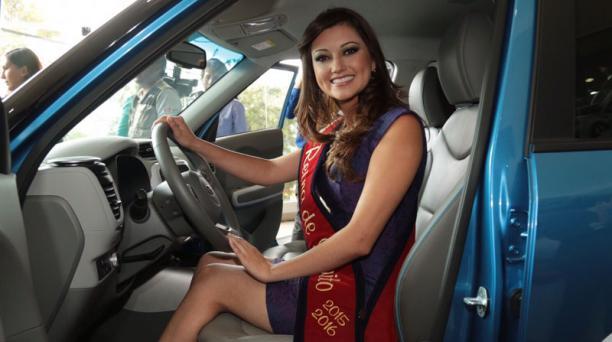 Angie Vergara recibió un vehículo Kia Soul, eléctrico, de color azul, por un año, bajo la figura de comodato. Foto: Alfredo Lagla/ El Comercio