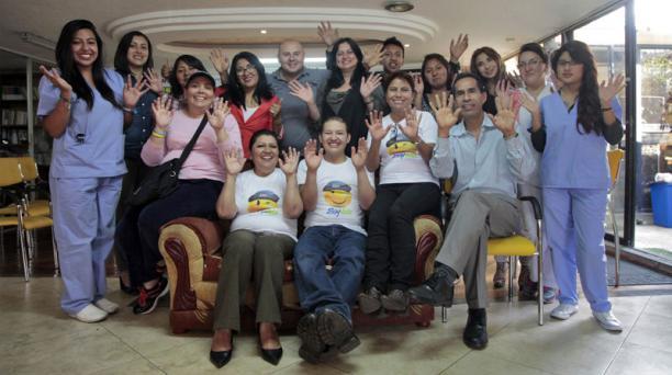 Los voluntarios y personal de la Fundación Jóvenes contra el Cáncer, en Quito, preparan actos para recordar el Día Mundial contra el Cáncer.