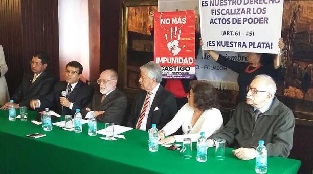 La Comisión Anticorrupción presentó la denuncia hoy, 18 de febrero, en Quito. En el centro Ramiro Román, Julio César Trujillo y Jorge Rodríguez. Foto: Alberto Araujo / EL COMERCIO