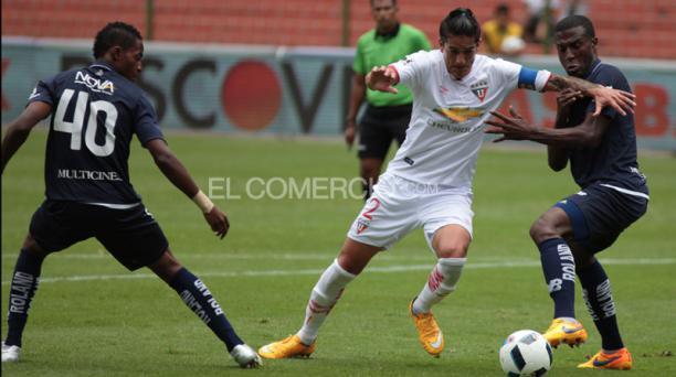Norberto Araujo controla la pelota ante la marca de los jugadores de Universidad Católica. Foto: Paúl Rivas / EL COMERCIO