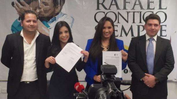 Pamela Aguirre (segunda desde la izquierda) y Stephania Baldeón, el jueves 11 de febrero del 2016 al anunciar que acudieron a la Corte Constitucional por la reelección de Correa. Foto: Twitter @pameaguirre1