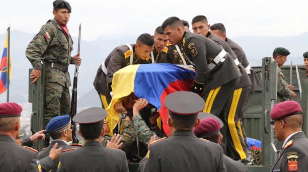 Los militares conformaron una caravana para trasladar a los féretros desde el aeropuerto Mariscal Sucre hasta la Escuela Superior Militar, en Parcayacu. Foto: Alfredo Lagla/ EL COMERCIO