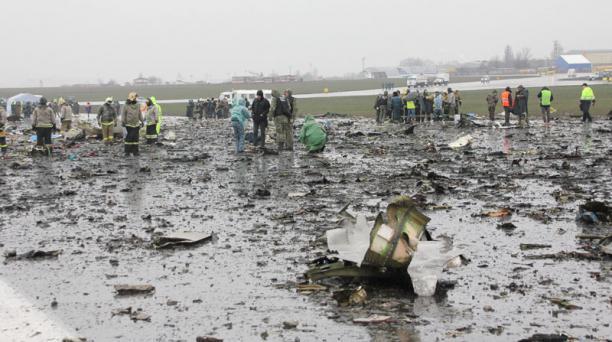 Restos del avión de Flydubai quedaron cerca de la pista de aterrizaje, donde se estrelló la madrugada del 19 de marzo del 2016, en Rusia. Foto: EFE