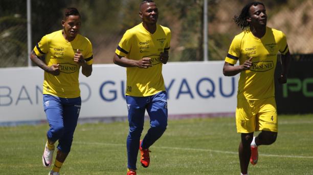 Entrenamiento de la Seleccion de Fútbol del Ecuador en su sede. Primero, en la derecha, Juan Carlos Paredes