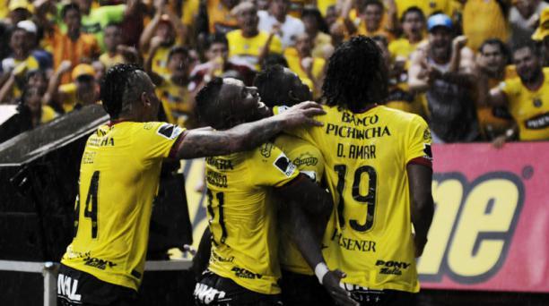 Los jugadores de Barcelona Sporting Club festejan la goleada 4-0 a Liga de Quito. Foto: Marcos Pin / EL COMERCIO