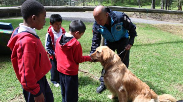 Niños autistas de la fundación Ethieban trabajan con perros adiestrados de la Policía Metropolitana en el Parque Metropolitano del Sur. Foto: Pavel Calahorrano/ EL COMERCIO.
