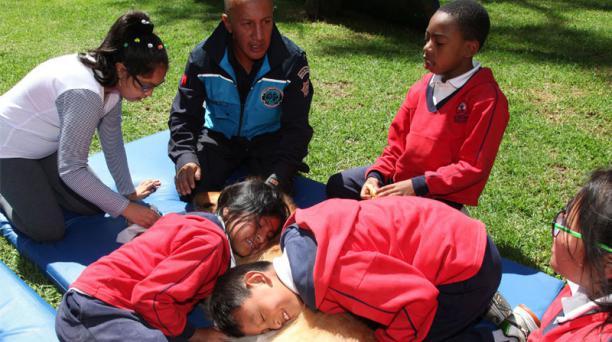 La Policía Metropolitana de Quito ofrece terapias para personas con TEA con mascotas de la  institución