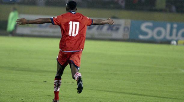 Christian Lara celebra su gol 100 en el Campeonato Ecuatoriano de Fútbol. Foto: Javier Cazar / API