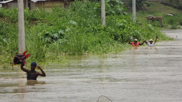 El río Teaone y Esmeraldas se desbordaron por las continuas lluvias. Foto: Marcel Bonilla / EL COMERCIO