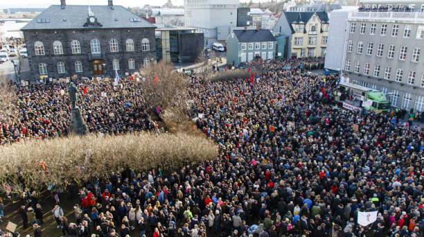 Manifestantes se concentran hoy, lunes 4 de abril de 2016, durante una protesta que pide la renuncia del primer ministro islandés, Sigmundur David Gunnlaugson, frente al Parlamento en Reykjavic (Islandia). Foto: EFE