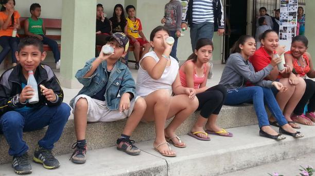 Los niños de 15 escuelas de la Perimetral Noroeste reciben una colación con leche y galletas de soya. La elabora el Hogar de Cristo. La Fundación Hogar de Cristo trabaja en un plan para reducir los niveles de anemia en los niños. Foto: Cortesía Hogar de C