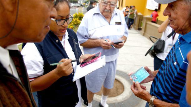 En Perú, ciudadanos consultan sus puestos de votación hoy, domingo 10 de abril de 2016, en un centro electoral de Callao. Los colegios electorales de Perú abrieron para que 23 millones de votantes elijan al nuevo presidente. Foto: EFE