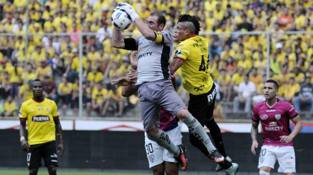 Librado Azcona, de Independiente del Valle,  se queda con el balón en una jugada en la que también participa Jonatan Álvez de Barcelona SC.