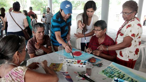 La tertulia y el arte son ejes que mejoran el ánimo, la calidad de vida y la cotidianidad de los pacientes con párkinson. Foto: Enrique Pesantes/ EL COMERCIO