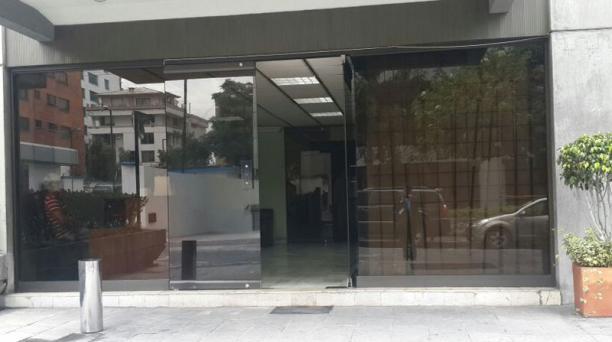 En las afueras del edificio del FAN, norte de Quito. El paso de la prensa a las oficinas está restringido. Foto: Diego Bravo/ EL COMERCIO