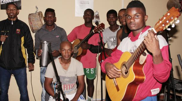La mayoría de agrupaciones, como Son del Valle, está compuesta por músicos de varias edades y comunas. Foto: Francisco Espinoza / EL COMERCIO