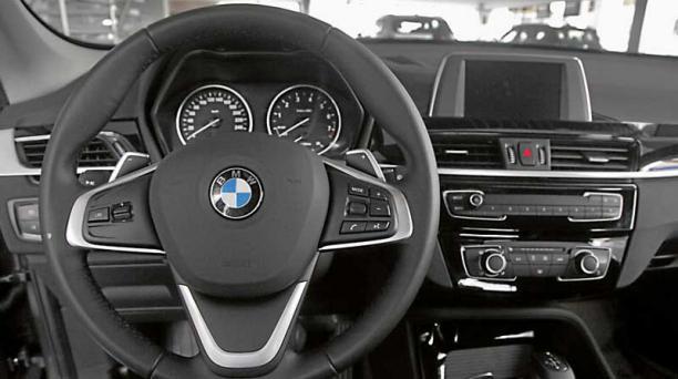 El interior del BMW es amplio y funcional.