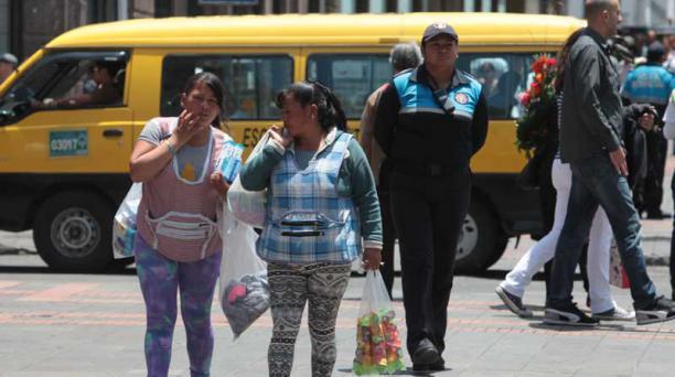 Los vendedores ambulantes recorren a pie la calle Chile para vender sus productos. Foto: Paúl Rivas / EL COMERCIO