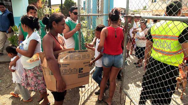 Decenas de moradores de Pedernales se agolparon a las afueras de la Iglesia Adventista para recibir raciones de alimentos no perecibles. Foto: Enrique Pesantes / EL COMERCIO