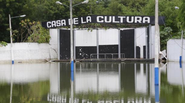 Las aulas y patios de la Casa de la Cultura Núcleo de Manabí se inundaron por la crecida del río. Foto: Alfredo Lagla/ EL COMERCIO