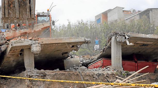 En Ciudad Futura se cayó una casa que carecía de normas técnicas y que no aguantó el temblor del 16 de abril. Foto: Armando Prado/ EL COMERCIO