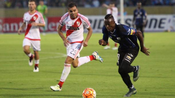José Angulo escapa de la marca de la defensa de River Plate. Foto: EFE