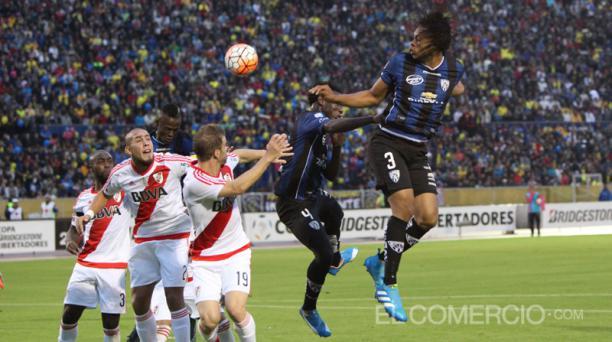 Una de las alternativas ofensivas de Independiente del Valle es el juego aéreo de Arturo Mina, un delantero que destaca en el 2016. Foto: Pavel Calahorrano / EL COMERCIO