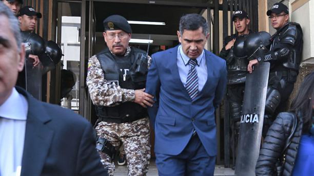 Vinicio Luna abandona la instalaciones de la Unidad Judicial durante el proceso del caso FIFAgate el 3 de mayo del 2016. Foto: API