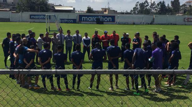 El DT Sixto Vizuete fue presentado al grupo de jugadores del Deportivo Quito en el complejo de Carcelén. Foto: David Paredes/ EL COMERCIO